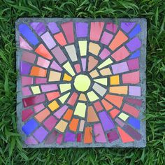 Personalize your garden with DIY garden stepping stones you make yourself! Use concrete and simple forms to make amazing DIY stepping stones! Mosaic Garden Art, Mosaic Flower Pots, Mosaic Art, Mosaic Crafts, Garden Steps, Diy Garden, Garden Projects, Diy Projects, Garden Paths