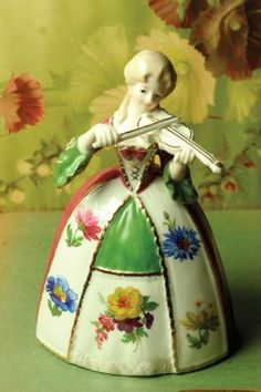 Violet's violin music box, plays Blue Danube