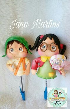 Fofubolis Chavo y Chilindrina Foam Crafts, Diy And Crafts, Pasta Flexible, Badge Holders, Cake Toppers, Minnie Mouse, Pencil, Diy Projects, Christmas Ornaments