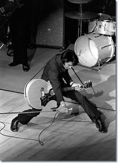♡♥On July Elvis Presley took the stage for the time in 8 years. He wore a black 2 piece outfit and performed to a crowd of fans at the 'International' hotel in Las Vegas,Nevada♥♡ Lisa Marie Presley, Priscilla Presley, Elvis Presley Las Vegas, Musica Elvis Presley, Pete Wentz, Ozzy Osbourne, Michael Buble, Blues Rock, Mississippi