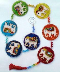 Peças em acrílico de 7cm de diâmetro, pintura em vitral,  colagem de pedrinhas de acrílico e acabamento  em ambos os lados.  O elefante é simbolo da prosperidade.  Este amuleto deve ser colocado na parede, ao lado da porta de entrada. R$ 69,00 Cd Crafts, Diy Arts And Crafts, Felt Crafts, 7 Chakras, Deco Paint, Cd Art, Indian Art Paintings, Felt Patterns, Hand Embroidery Designs