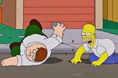 """Crossover entre """"Os Simpsons"""" e """"Family Guy"""" : os Griffins farão uma viagem de carro e irão passar por Springfield,  conhecerão os Simpsons.Homer irá convidá-los para visitar a sua casa e irá tirar sarro da cor de pele mais clara e os chamará de """"albinos"""". As mães das duas famílias se tornarão amigas, enquanto os pais tentarão decidir  qual a melhor cerveja. FOX"""