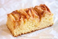 Dette er en stor og saftig eplekake i langpanne som du setter sammen in no time! Oppskriften er basert på en av de mest populære langpannekakene her på Det søte liv som heter Vaniljesauskake. Vaniljesausen i deigen gjør at kaken får myk konsistens og veldig god vaniljesmak. Jeg har også tidligere laget den med epler i litt ulike typer kakeformer, se Vaniljesauskake med epler (liten langpanne) ogEplekake med vaniljesaus (rund kake). Denne oppskriften er som sagt beregnet på stor langpanne.
