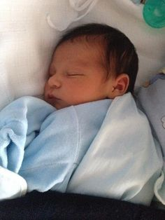 Cute Baby Twins, Cute Asian Babies, Cute Little Baby, Baby Kind, Little Babies, Newborn Black Babies, Baby Boy Newborn, Twin Babies, One Month Baby