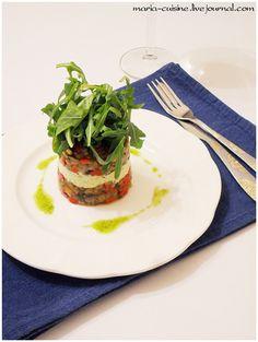 Салат из запеченных овощей со сливочным сыром и соусом песто.