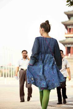 Gudrun Sjödéns Frühjahrskollektion 2015 - Das Kleid Bess aus Öko-Baumwolle hat lange Ärmel und verdecke Seitentaschen, die Sie für Ihre persönlichen Schätze verwenden können.
