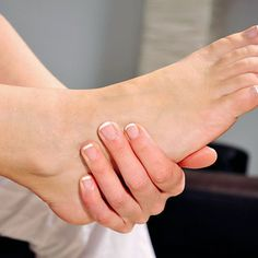 Here's a foot bath with it: Mix the juice of 5 lemons 1 tablespoon olive oil cup whole milk cup water and 2 tablespoons ground cinnamon; soak your feet in the mixture for 15 minutes. Peripheral Neuropathy, Back Acne Treatment, Apple Cider Vinegar Facial, Foot Soak Recipe, Wie Macht Man, Bright Skin, Feet Care, Natural Treatments, Vinegar