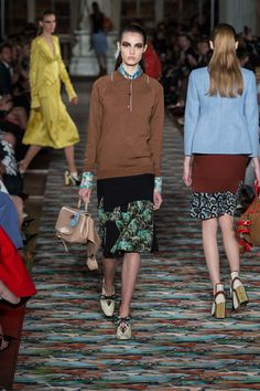Christian Dior Resort 2017 Fashion Show - Camille Hurel Dior Fashion, I Love Fashion, Fashion 2017, Runway Fashion, Fashion Show, Fashion Looks, Fashion Outfits, Paris Fashion, Christian Dior