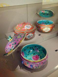 Peranakan Museum: Peranakan china, very colourful