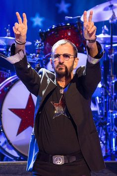 Pin for Later: This Week's Can't-Miss Celebrity Photos  Just like when Ringo Starr photobombed Justin Bieber, the musician flashed the peace sign at a concert in Austin, TX.