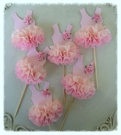 Le corsage est rose pâle avec un volant de papier crépon de dégradé de quatre couches. Un mûrier rose pâle rose orne une épaule. Célébrez vos ballerines considérant ou anniversaire partie avec ces décorations à cupcake papier adorable. Les placer sur les cupcakes ou un gâteau givré pour une
