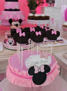 Minnie mouse cake pops violeta glace decoracion cumpleaños minnie, minnie m Minnie Mouse Cake Pops, Minnie Mouse Rosa, Bolo Minnie, Mickey Minnie Mouse, Minnie Mouse First Birthday, First Birthday Parties, 3rd Birthday, Birthday Garland, Party Buffet