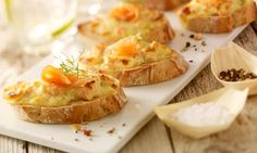 Überbackenes Lachs-Baguette Rezept | Dr.Oetker Party Finger Foods, Snacks, Canapes, Bruschetta, Baked Potato, Mashed Potatoes, Meal Prep, Sandwiches, Lunch