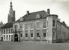 Breda. Rijksmuseum voor volkenkunde Justinus van Nassau in 1955. Het pand is het voormalig gouverneurshuis. Links op de foto de voorgevel van het pand van Dagblad de Stem, op de achtergrond de in de steigers staande Grote Toren.