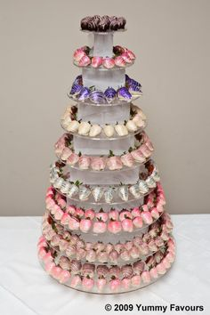 Strawberry Tower Centrepiece or make something like this for the punch cups to sit on Chocolate Dipped Strawberries, Chocolate Covered Strawberries, Wedding Fayre, Wedding Cakes, Cakepops, Strawberry Tower, Edible Glitter, Edible Arrangements, Candy Apples