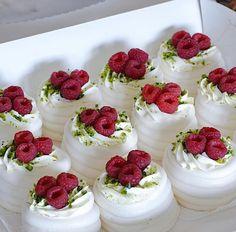 #konditery_павлова Девонькиии вопрос! Хочу на пятницу для своих гостей сделать пирожные Павлова. Но дел будет очень много и хочу испечь их завтра т.е. за 2 дня до торжества. Скажите как их хранить и можно ли печь это безе заранее. Никогда раньше не делала Павлову. Фото кондитера @katerina_minakova_ ___________________ Дорогие друзьяправила публикаций в шапке профиля #капкейки#капкейкимосква#капкейкипитер#мастеркласс#кондитерскаястудия#cake#торт#рецептытортов#instacake#детскийторт#свадебныйторт# Birthday Cake Decorating, Cake Decorating Supplies, Pavlova, Fondant Cakes, Cupcake Cakes, Gross Cakes, Jurassic World Cake, Lollipop Recipe, Cake Lettering