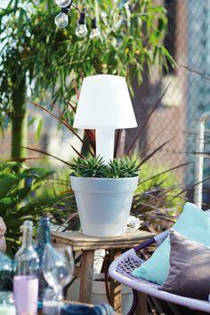 Een lamp en bloempot in één! Zorgt 's avonds voor een gezellige sfeer in de tuin #garden #elho