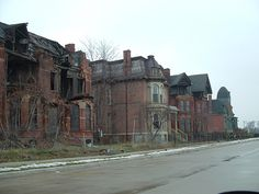 Historic Detroit Houses Abandoned Mansion For Sale, Abandoned Churches, Old Abandoned Houses, Abandoned Places, Old Houses, Detroit Ruins, Detroit Houses, Abandoned Detroit, Victorian Architecture