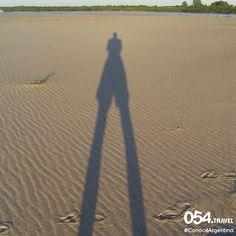 >>> Reloj de arena. <<< Los días se van haciendo más largos, pero igual el tiempo pasa volando y te quedás todo lo que podés para disfrutar de esos lugares que te encantan. Como en esta foto, cuando nuestras sombras se alargaban con el atardecer sobre las arenas del Río Uruguay, cerca de Colón, Entre Ríos. . . #ConocéArgentina