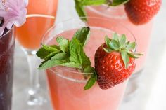 Je vám horúco? Svoj pitný režim môžete osviežiť chladivými nápojmi, ktoré si vyrobíte doma celkom jednoducho v priebehu niekoľkých minút. Detox, Strawberry, Fruit, Smoothie, Food, Syrup, The Fruit, Smoothies, Meals