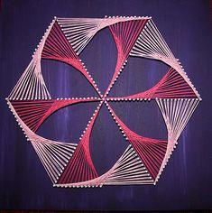 Artestú Cuadros de Hilo hechos a mano | Cuadros de Hilo Arte Linear, Art Projects, Projects To Try, Math Art, Thread Art, Paper Embroidery, Plastic Canvas Crafts, Mandala, Art Pieces