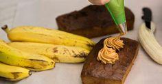 עוגה נפלאה הקרובה במרקמה ללחם בננות, עם טוויסט מפתיע של חמאת בוטנים ושוקולד מעל
