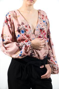 Body de raso mate con escote en pico drapeado y mangas muy abullonadas con gomita en el puño. Tiene un estampado floral oriental que nos velve locas. Es ideal tanto con pantalones, vaqueros o faldas.