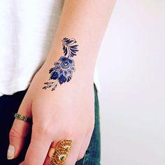 Blümchen-Tattoos mit filigranen, schwarzen Linien sind im Moment echt beliebt. Doch jetzt wird es noch besser. Es gibt einen neuen