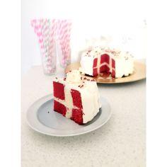 Dannebrog kage. Den sjoveste fødselsdagskage, som ligner et flag, når du skære ud. Kagen er kendt både som fødselsdagskage, dannebrog kage / dannebrogkage samt flag kage. Let at lave, selvom den gør stort indtryk.
