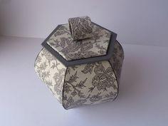 Boite hexagonale faces bombées Matériel: carton de 3mm d'épaisseur - carton de 1mm d'épaisseur - cartonnette de 0,5mm d'épaisseur...