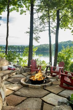 These fire pit ideas and designs will transform your backyard. Check out this list propane fire pit, gas fire pit, fire pit table and lowes fire pit of ways to update your outdoor fire pit ! Find 30 inspiring diy fire pit design ideas in this article. Diy Fire Pit, Fire Pit Backyard, Fire Pits, Haus Am See, Lake Cabins, Mountain Cabins, Lake Cottage, Backyard Landscaping, Landscaping Ideas