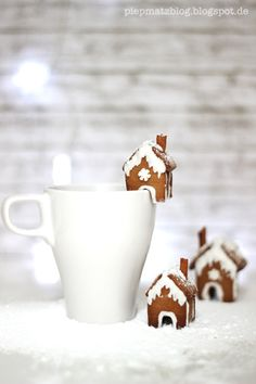 gingerbread hOuses for CHristmas - we can give out little mugs filled with chocolates or with a hot chocolate pouch!!