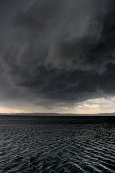 This looks cool because it has a bit of light in the centre but it also has got dark ocean waves and dark grey clouds. Fuerza Natural, Foto Picture, Zoom Photo, Storm Clouds, Grey Clouds, Ocean Storm, Ocean Ocean, Rain Storm, All Nature