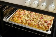 Πίτσα με λίγες θερμίδες | imommy.gr Calzone, Pizza, Cheese, Food, Essen, Yemek, Eten, Meals