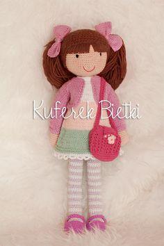 Nikolina - lalka wykonana na szydełku. Lalka ubrana jest w sukienkę, bolerko, buciki i wstążki wykonane na drutach. Włosy lalki upięte są w...