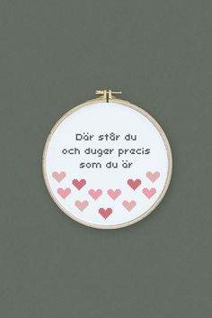 Där står du och duger precis som du är. Peppande citat i korsstygn.  #folklorecompany #xstitch #embroidery #diy #creative #inspiration Self Love Quotes, Words Quotes, Best Quotes, Bra Hacks, Spiritual Words, Proverbs Quotes, Textiles, Diy Arts And Crafts, Diy Wall Art