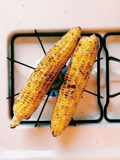 Grilling corn is the simple act of cooking a fresh cob on a grate over an open fire. But you know where else, other than an actual grill, you can grill corn? Your own stove. It's one of those things that makes total sense, right? Corn In The Oven, Corn On Cob, Stove Top Grill, Gas Stove, Oven Burner, Grilling Tips, Grilling Corn, Making Grilled Cheese, Pork N Beans