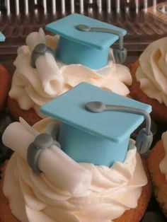 graduation cupcakes - I like these caps, the diploma too in Navy and then add silver sprinkles Graduation Desserts, Graduation Cupcakes, Graduation Celebration, Graduation Party Decor, Grad Parties, Graduation Gifts, College Graduation, Graduation Ideas, Fondant Toppers