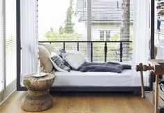 ..daybed?.. Sunroom Office, Home Office, Flat Interior, Interior Ideas, Sleeping Loft, Apartment Furniture, Take Me Home, Home Accents, Rooms