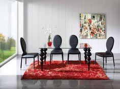¿Has visto el bonito contraste entre el color negro de nuestras sillas y la mesa con patas de líneas sinuosas? Negro y rojo, una combinación atrevida, sugerente y glamurosa.  #DugarHome #decoración #hogar#interiores #interiorismo
