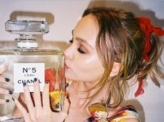 Lily-Rose Depp, daughter of actor Johnny Depp and the singer Vanessa Paradis, this is the face of the new chanel perfume, Chanel no. 5 L ' Eau. The announcement of the hiring of Lily was done on Monday by the Maison