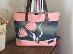 sac le tulipe rose en jean et simili : Sacs à main par sur-fil Jeans Bleu, Denim Crafts, Bolsas Jeans, Denim Ideas, Bag Patterns To Sew, Diy Purse, Handmade Purses, Recycled Denim, Jean Purses