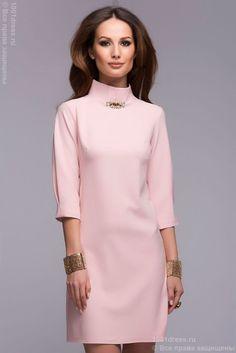 Платье нежно-розового цвета длины мини с декоративной отделкой горловины и рукавами 3/4