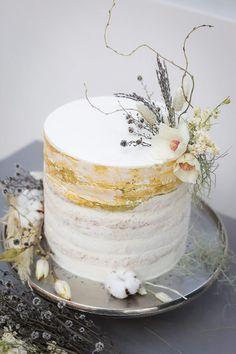6 Wedding Cake Trends in 2020 Wedding Cake Fresh Flowers, Beautiful Wedding Cakes, Purple Wedding, Gold Wedding, Wedding Cake Designs, Wedding Cake Toppers, Bolos Naked Cake, Cake Trends, Cake Tasting