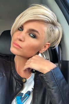 """How to style the Pixie cut? Despite what we think of short cuts , it is possible to play with his hair and to style his Pixie cut as he pleases. For a hairstyle with a """"so chic"""" and pointed… Continue Reading → Oval Face Haircuts, Short Pixie Haircuts, Pixie Hairstyles, Short Hairstyles For Women, Cool Hairstyles, Hairstyle Ideas, Undercut Hairstyles Women, Girl Haircuts, Bob Haircuts"""