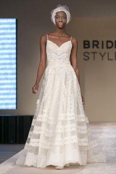 Vestidos de noiva criados por Bibi Barcellos e pelas catalãs da YolanCris valorizam a personalidade da noiva. Aqui, além de ver as fotos dos desfiles, você fica sabendo como as estilistas se inspiraram para criar as coleções apresentadas no Bride Style 2013, em São Paulo