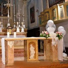 Altare per matrimonio con palloncini bianchi
