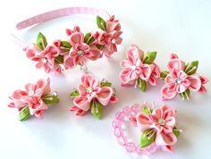 Flores de tela Kanzashi. Set de 6 piezas. Rosa y manzana verde.