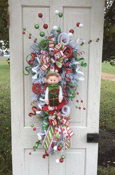 Gingerbread Christmas Decor, Elf Christmas Decorations, Christmas Swags, Patriotic Decorations, Christmas Elf, Holiday Wreaths, Christmas Crafts, Green Christmas, Door Swag