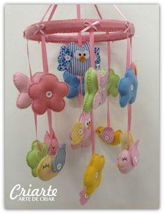 Mobile para berço, com família de coruja ao centro e passarinhos, borboletas e flores ao redor. Remetendo a um jardim exclusivo para seu bebe. <br>Um mobile muito delicado e colorido para o berço do bebe. Nessa fase o bebe é atraído pelas cores e esse mobile é perfeito. Além de dar um toque especial em sua decoração. <br>Podemos faze-lo personalizado com outros bichinhos, objetos ou bonecos (consulte). <br>Confeccionado em tecido, feltro e fitas de cetim. <br> <br>Criamos qualquer modelo…